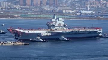 El nuevo portaaviones de construcción china, el día de su puesta a flote