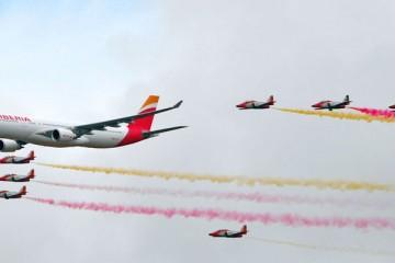 La Patrulla Águila escolta un avión A330 de Iberia