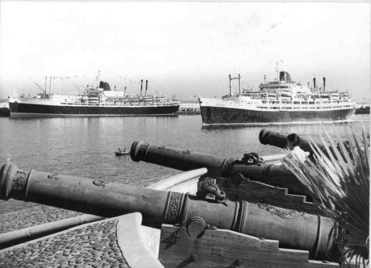 """El trasatlántico """"Montserrat"""", atracado y su casi gemelo """"Begoña"""", en la maniobra de salida del puerto tinerfeño"""