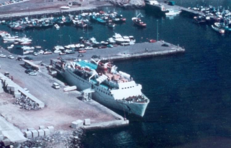"""El buque """"Isla de Menorca"""", atracado en el puerto de Los Cristianos"""