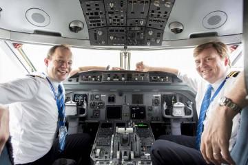 Guillermo de Holanda (derecha) junto al comandante Marteen (KLM)