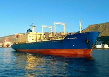 """El buque """"Baltic Forward"""", fondeado en el puerto de Santa Cruz de Tenerife"""