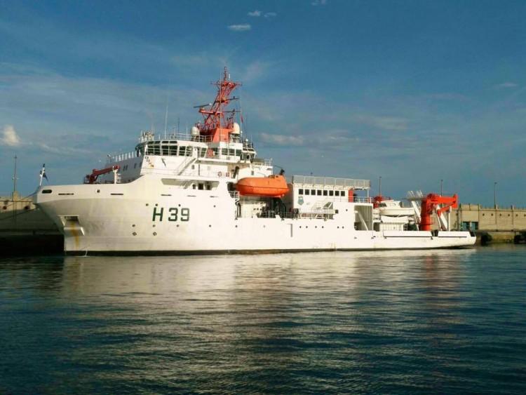 """El buque oceanográfico brasileño """"Vital de Oliveira"""", en el puerto de Santa Cruz de Tenerife"""