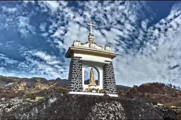 El monumento de Fátima está situado en lo alto del barrio de Las Manchas
