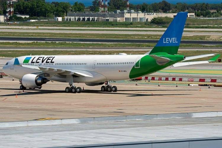 El primer A-330 de Level , en el aeropuerto de Barcelona