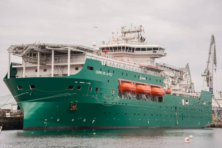 """El flotel """"Cerro de la Pez"""", ex """"Orgullo Petrolero"""", atracado en Ferrol"""