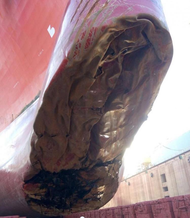 """Estado en el que ha quedado el bulbo de proa del buque metanero """"Sevilla Knutsen"""","""