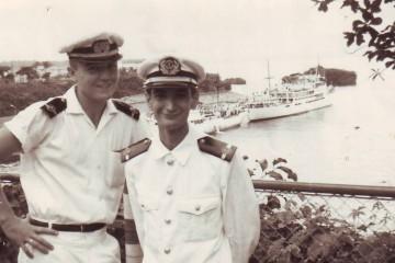 """Laureano García Fuentes y Vicente Pérez Molías, en Guinea. Al fondo, el buque """"Dómine"""""""