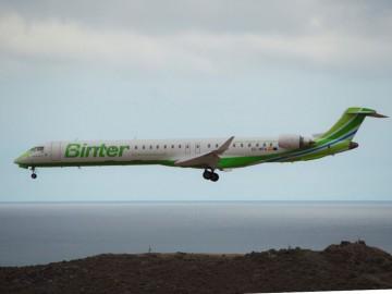 El segundo avión CRJ-1000 de Binter, en corta final en el aeropuerto de Gran Canaria