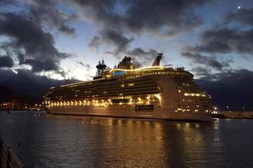 """El buque """"Independence of the Seas"""", esta mañana, en la maniobra de atraque en el puerto tinerfeño"""