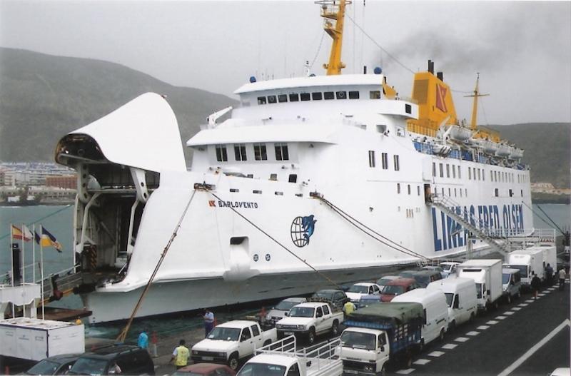 """El ferry """"Barlovento"""", atracado en el puerto de Los Cristianos"""