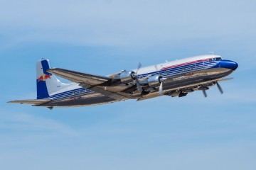 El avión Douglas DC-6B de Red Bull, en régimen de ascenso