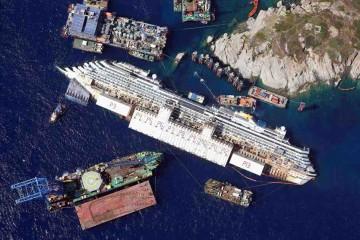 """Panorámica aérea del pecio del crucero de turismo italiano """"Costa Concordia"""""""
