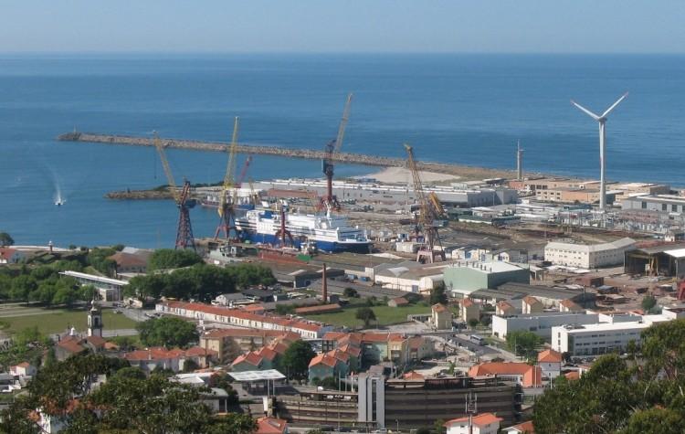 """Panorámica del astillero de Viana do Castelo. En el dique seco, el buque """"Regina Báltica"""""""