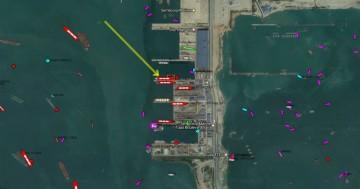 """La flecha indica el atraque del buque metanero """"Sevilla Knutsen"""""""