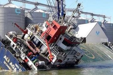 """El buque """"Alia Aga"""", escorado a estribor, antes de hundirse por completo"""