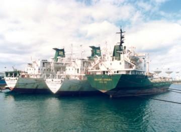 """El buque """"Isla de La Palma"""", abarloado a los buques """"José María Ramón"""" y """"Pedro Ramírez"""", en el puerto de Las Palmas de Gran Canaria"""