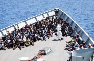 """Parte de los migrantes rescatados,. en la proa de la fragata """"Canarias"""""""