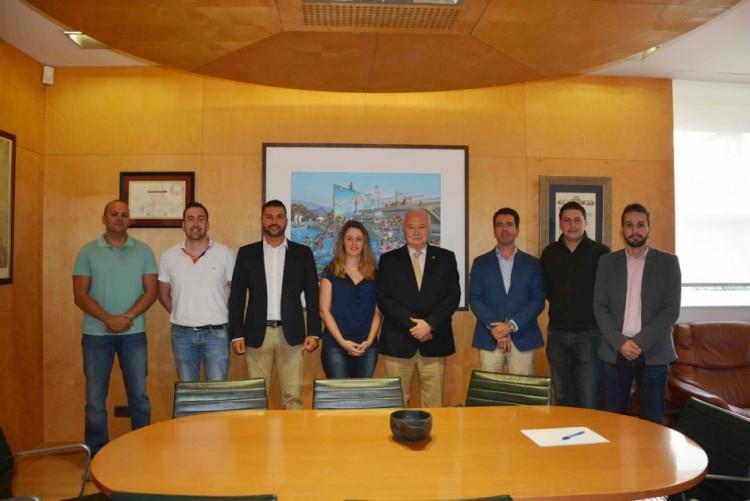 Foto de familia del  presidente de la Autoridad Portuaria, Ricardo Melchior y los nuevos policías portuarios