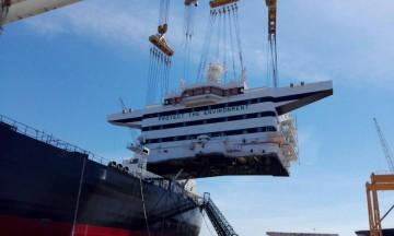 Montaje de la superestructura del petrolero suez-max en el astillero de Navantia Puerto Real