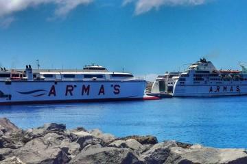 """El catamarán """"Volcán de Tirjana"""" y el ferry """"Volcán de Taburiente"""", en el puerto de La Estaca"""