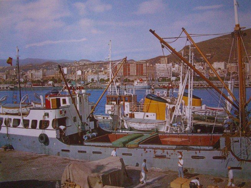 """El buque """"Lanestosa"""", en Santa Cruz de Tenerife. Abarloados, los remolcadores """"El Guanche"""" y """"Adelantado"""""""