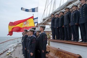 Formación de guardiamarinas y tripulación en toldilla