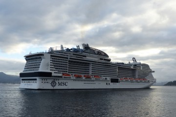 """El buque """"MSC Meraviglia"""", a su llegada esta mañana al puerto de Vigo"""