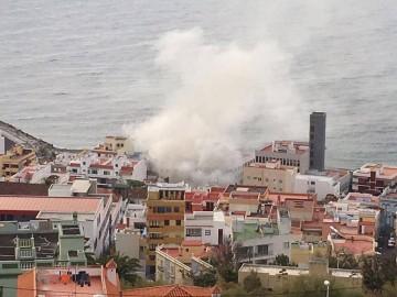 La nube de humo delata los efectos del fuego