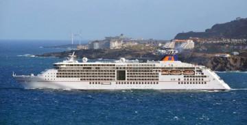 """El buque """"Europa 2"""", a su salida ayer del puerto de Santa Cruz de La Palma"""