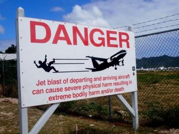 Pese a las advertencias de los carteles, los turistas suelen hacer caso omiso