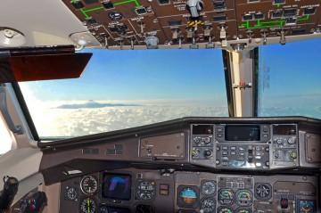 El Teide majestuoso emerge entre el mar de nubes desde la cabina de un ATR-72
