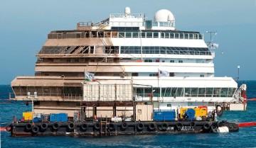 """El buque """"Costa Concordia"""", tras su adrizamiento"""