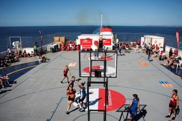 """Parte del torneo de baloncesto se celebró a bordo del buque """"Tenacia"""""""