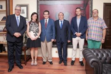 El rector de la ULL y miembros de su equipo, con los representantes del Cuerpo Consular