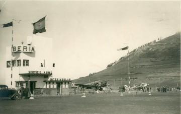 La primera terminal interinsular de Los Rodeos (1941). En la plataforma, un avión Dragín Rapide y un Junkers Ju-52