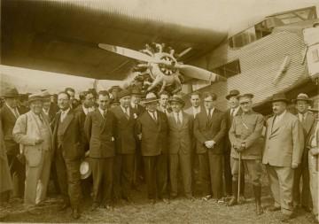 Foto de familia de los protagonistas del vuelo de CLASSA  y las autoridades de Tenerife