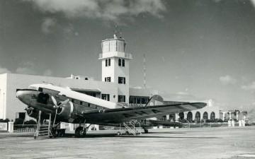 Douglas DC-3 de Iberia EC-AHA aparcado en el aeropuerto de Los Rodeos