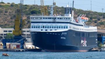 """El ferry """"Vastervik"""", de construcción japonesa, atracado en Perama"""