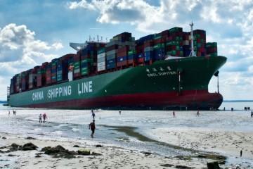 """Así se mostraba el buque """"CSCL Júpiter"""", varado, a marea baja"""