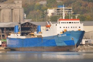 """El buque rolón """"Aydemir Boztepe"""", ex """"Benijófar"""", a barbas de gato en Novorossiysk"""