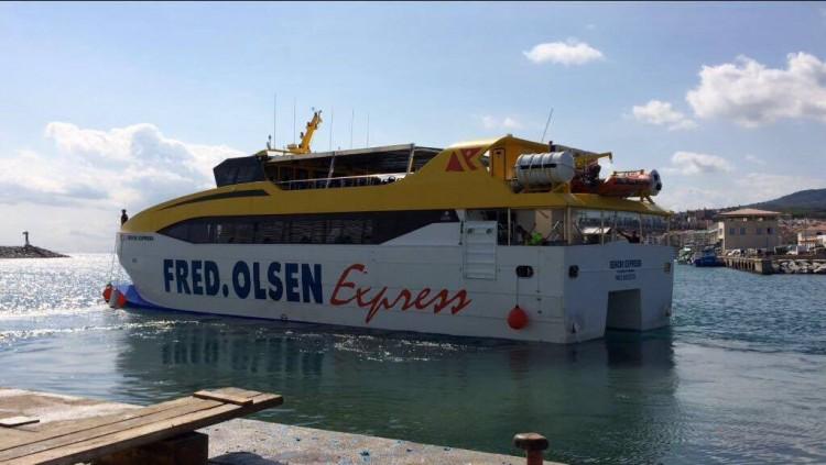 """El catamarán """"Benchi Express"""", a su salida este mediodía de Barcelona"""