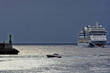 """El buque """"AIDAsol"""", esta mañana, a su llegada al puerto de Santa Cruz de La Palma"""