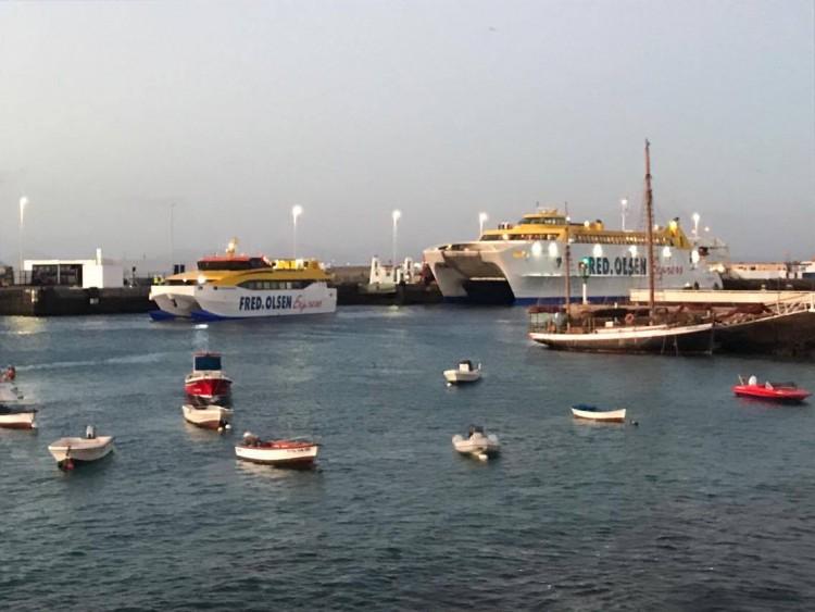 """El catamarán """"Benchi Express"""", esta mañana, junto al catamarán """"Bocayna Express"""""""