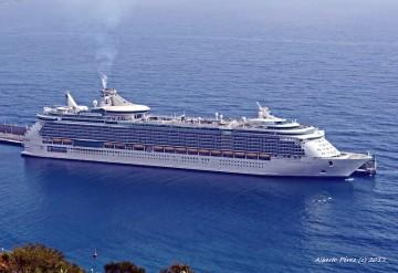 """El buque """"Independence of the Seas"""", esta mañana, atracado en el puerto de Santa Cruz de La Palma"""