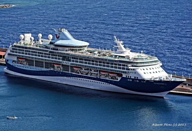 """Estampa marinera del buque """"Tui Discovery 2"""" en el puerto de Santa Cruz de La Palma"""