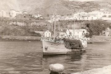 """El buque """"Afortunadas"""", maniobrando en el puerto de Santa Cruz de La Palma"""