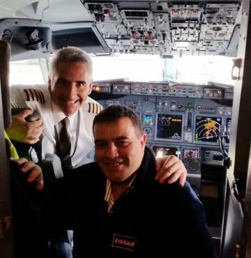 Matías Alberti y Sebastián Gutiérrez, en la cabina de un avión B737 de Ryanair