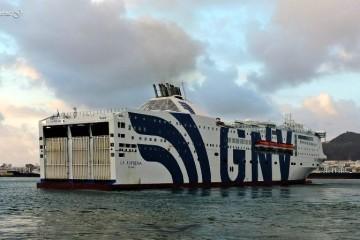 """El ferry italiano """"La Suprema"""", en su escala en Las Palmas de Gran Canaria"""