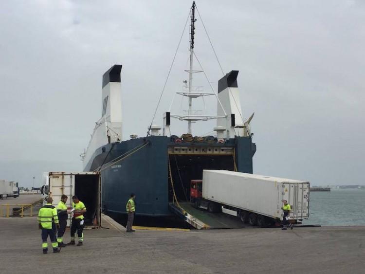 """El buque colón """"Maestro Sea"""", operando hoy en el puerto de Cádiz"""